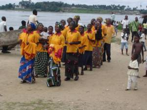 Powerful singing highlights the worship for this congregation in the middle of the Congo River.  Lacking the cups, there was no communion when we visited./Faltando copas, esta congregación Discipulos en el Congo no celebrarón la Santa Ceña cuando la visitamos.