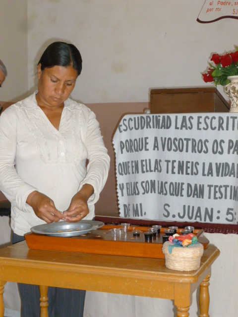 In the rural La Reforma Disciples Church, there are just enough cups filled for the communion service/Noten que se llenan las copas suficientes para la pequeña Iglesia rural de La Reforma