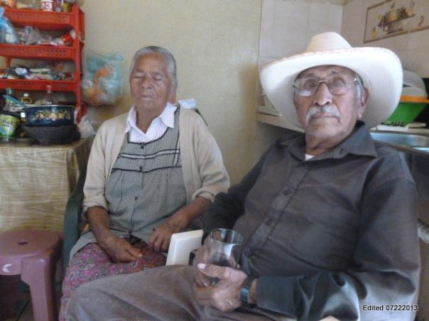 """Former """"bracero"""" with his wife at home in Zacatecas/""""Bracero"""" en el pasado con su esposa en su casa de Zacatecas"""