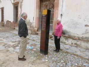 Frederico y Maria leen sobre la hacienda Guanamé en donde se ubica otro templo Discipulos