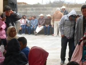 Asistentes de la boda en Los Remedios esperan su plato de barbacoa de borrego