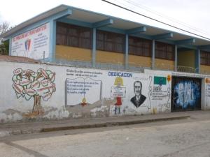 Este mural exhorta a los padres y los niños de una  escuela  primaria de Soledad/ A mural exhorting parents and children of a Soledad primary school.