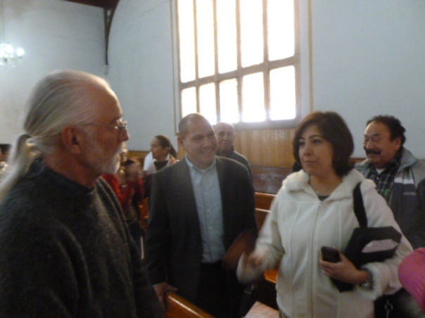 Federico conversando con miembros de la Iglesia Centrale despues del culto/ Fred in conversation with Central Chriistian  members after worship last Sunday, Feb. 15, 2015
