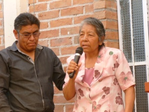 Elizabeth Patena aided by son Julio gives her testimony at the ground breaking March 2013/  Hermana Elizabeth da su testimonio en marzo 2013