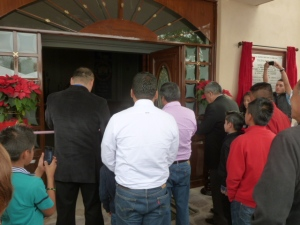 Pastor Rosendo Arvizu orando antes del corte del liston a la entrada del nuevo templo. Parado a la izquierda Ramiro Ortiz/Pastor Rosendo Arvizu prays before the ribbon cutting at the entrance. Ramiro Ortiz is on the left.