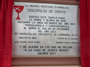 Se reveló la placa de dedicación antes de entrar en el nuevo templo./Dedication plaque for the new sanctuary