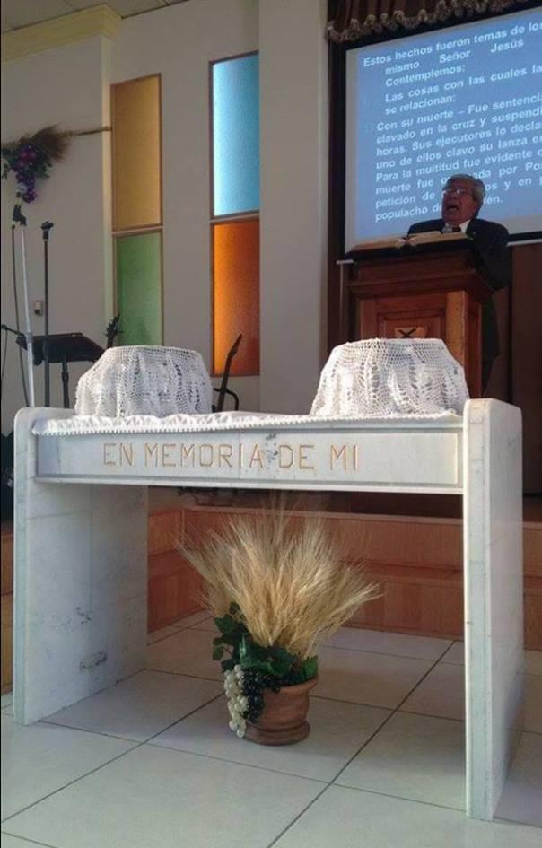 Pastor Julián Ibarra Zapata prepares his Juárez congregation for communion. /  Pastor Julián Ibarra Zapata prepara a los congregantes de Juárez para participar en la Santa Cena. Photo de Revda. Lisania Sustaita Martinez