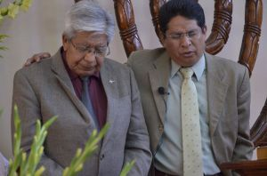 Pastor Rogelio de la Iglesia de Julien Carrillo orando para el Pastor Julián Ibarra
