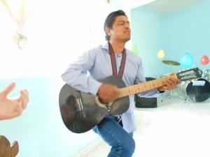 José and family participate in the great music at Los Retes /  Participa José y su familia en la musica conmovedora de la Iglesia Discipulos a Los Retes