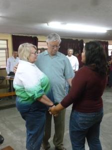 Lisania Sustaita Martinez leads prayer after we share plans for departure with the Asamblea/ Lisania ora despues del anuncio de nuestra partida hacia EE UU