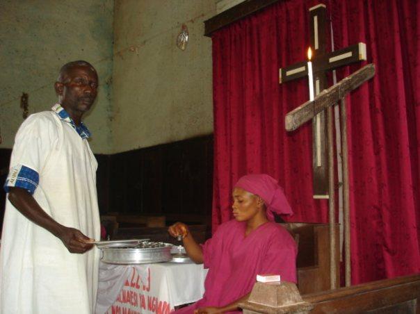 Durante mas de cien años se celebra la Santa Cena en la primera iglesia de los Discipulos de Cristo localizada a Bolenge, Congo