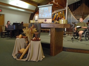 Preparando la celebración de la Santa Cena en la Primera Iglesia Discipulos de Cristo de Mesa, Arizona