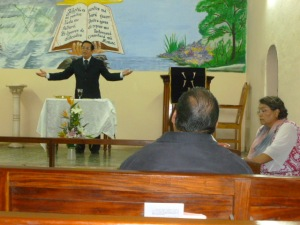 Pastor Saúl Zambrano preside en la celebración de la Iglesia Congregacionale en Autlan, Jalisco/ Rev. Saúl Zambrano presides at the Table in the Congregational Church of Autlan, Jalisco