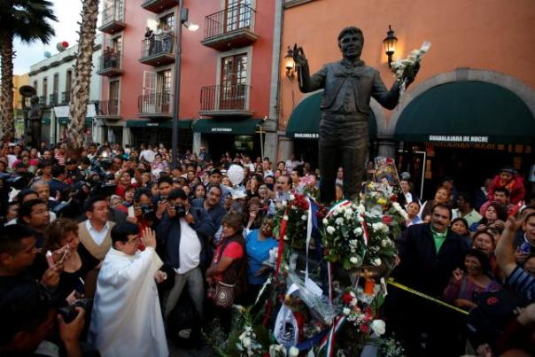 A Catholic priest blesses the statue of late Mexican singer Juan Gabriel during a mass in his honor in Plaza Garibaldi, in Mexico City, Mexico August 30, 2016. REUTERS/Carlos Jasso